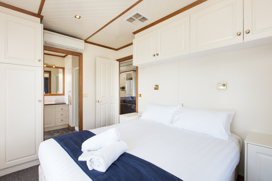 Classic Houseboat - Queen Bed