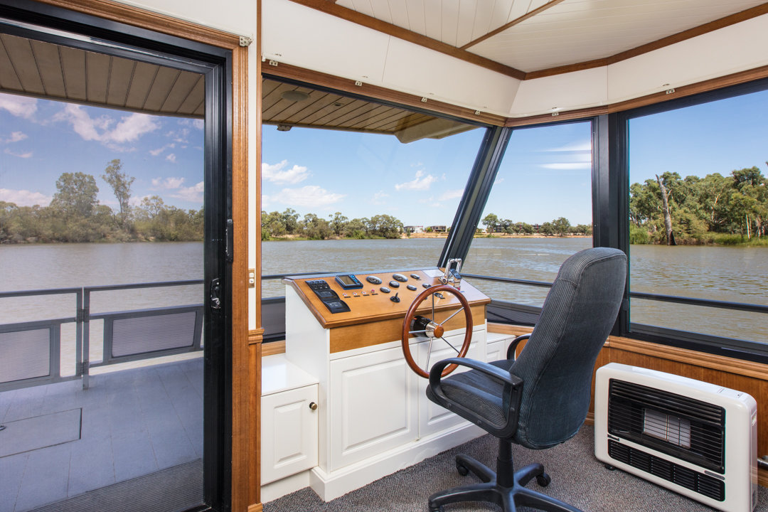 Classic Houseboat - Driving the Houseboat