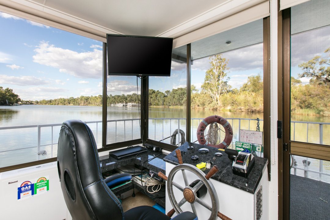 Albert James Houseboat - Driving the Houseboat